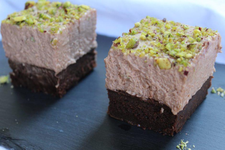 brownies al cioccolato con gelato alla nocciola e pistacchi