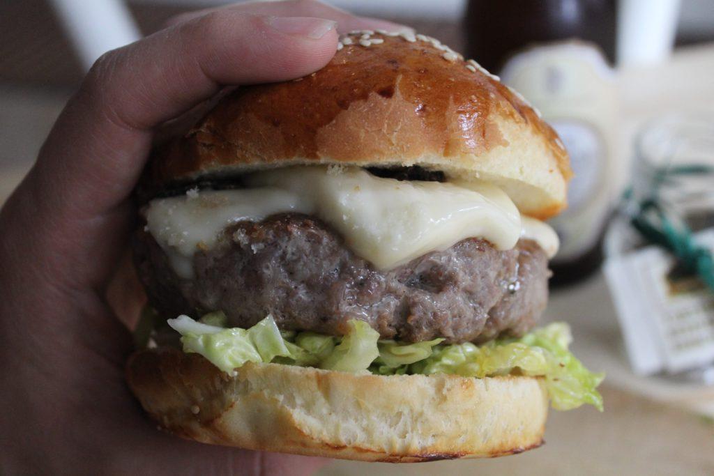 hamburger con taleggio e scaglie di tartufo