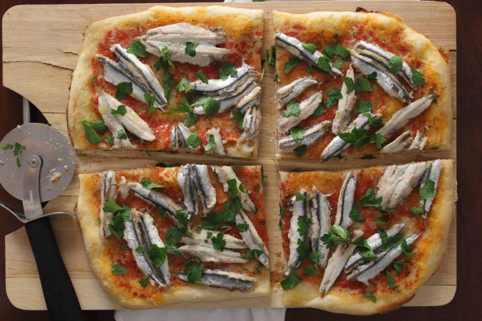 Pizza mediterranea con alici fresche