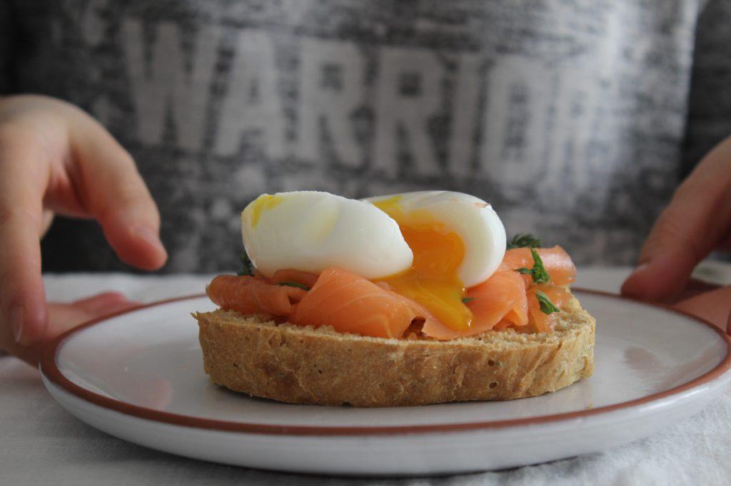 toast con salmone e uovo pochè