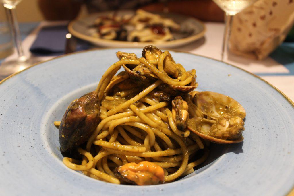 spaghetti ai frutti di mare con pesto alla trapanese