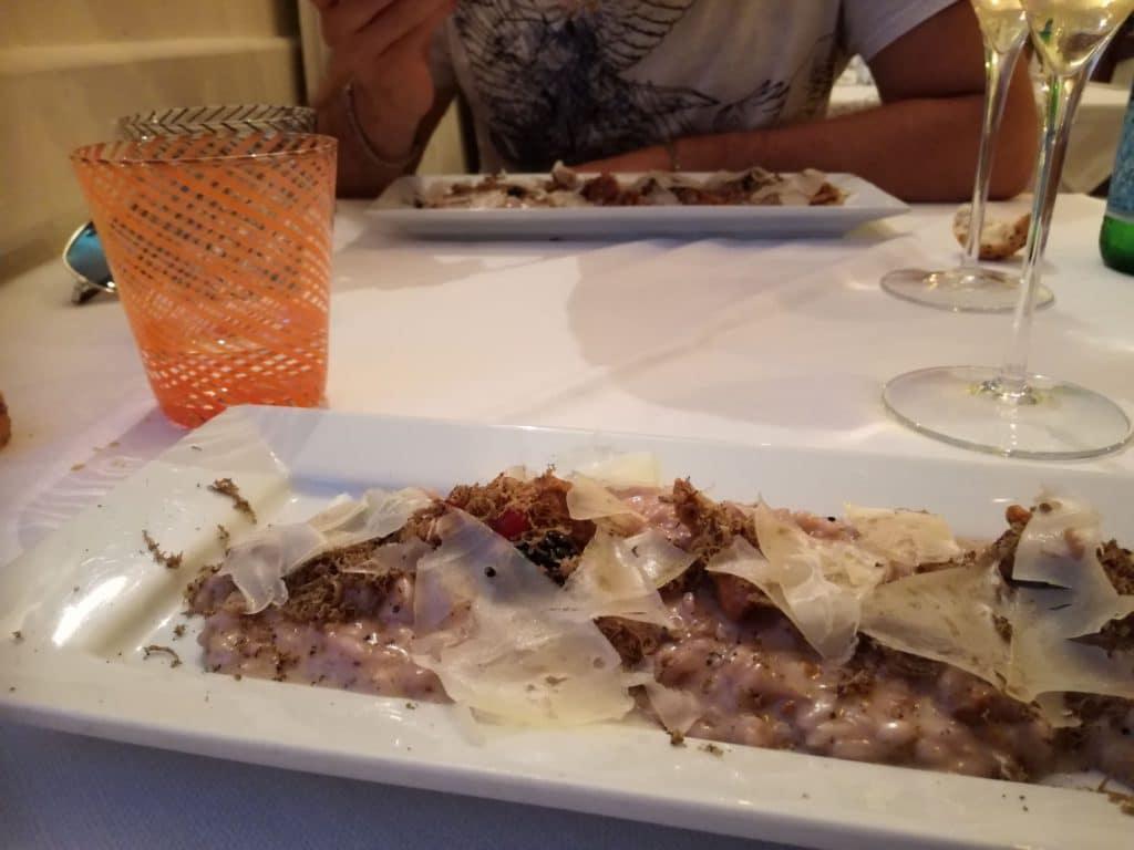 risotto con finferli, more e tartufo del garda