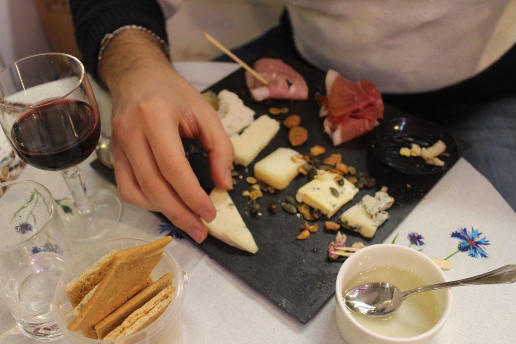 degustazione di formaggi piemontesi