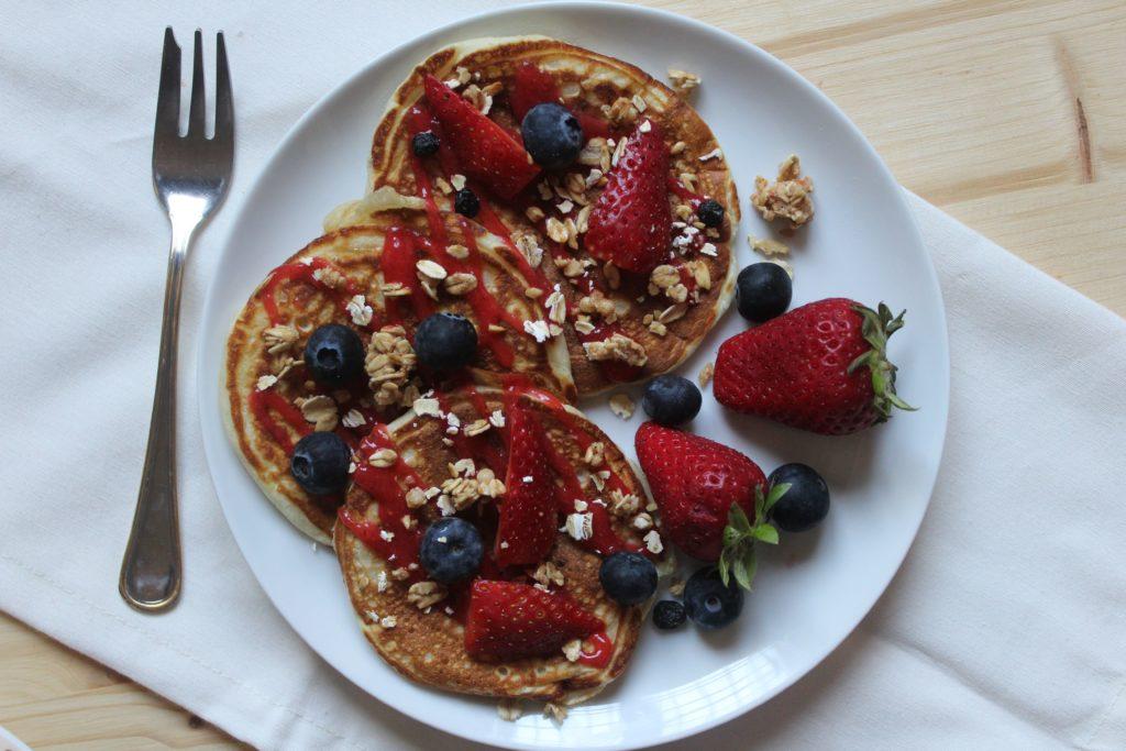 pancakes di soli albumi con fragole e yogurt