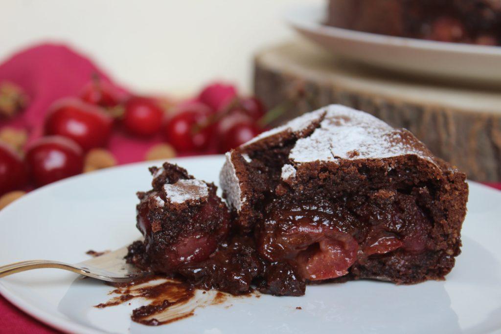 torta con ciliegie e cioccolato