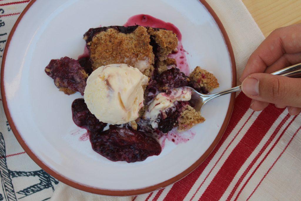 cobbler alle pesche e more con gelato alla vaniglia