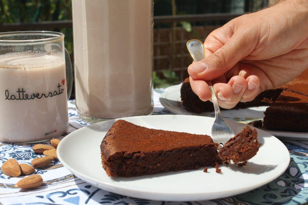 fetta di torta al cioccolato e okara di mandorle