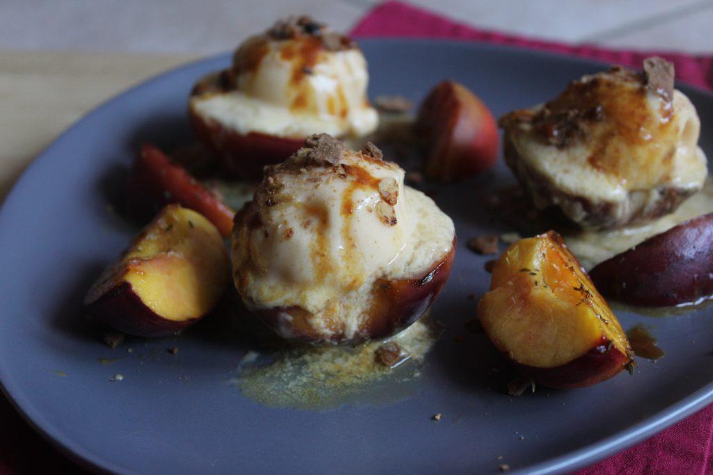pesche grigliate con gelato