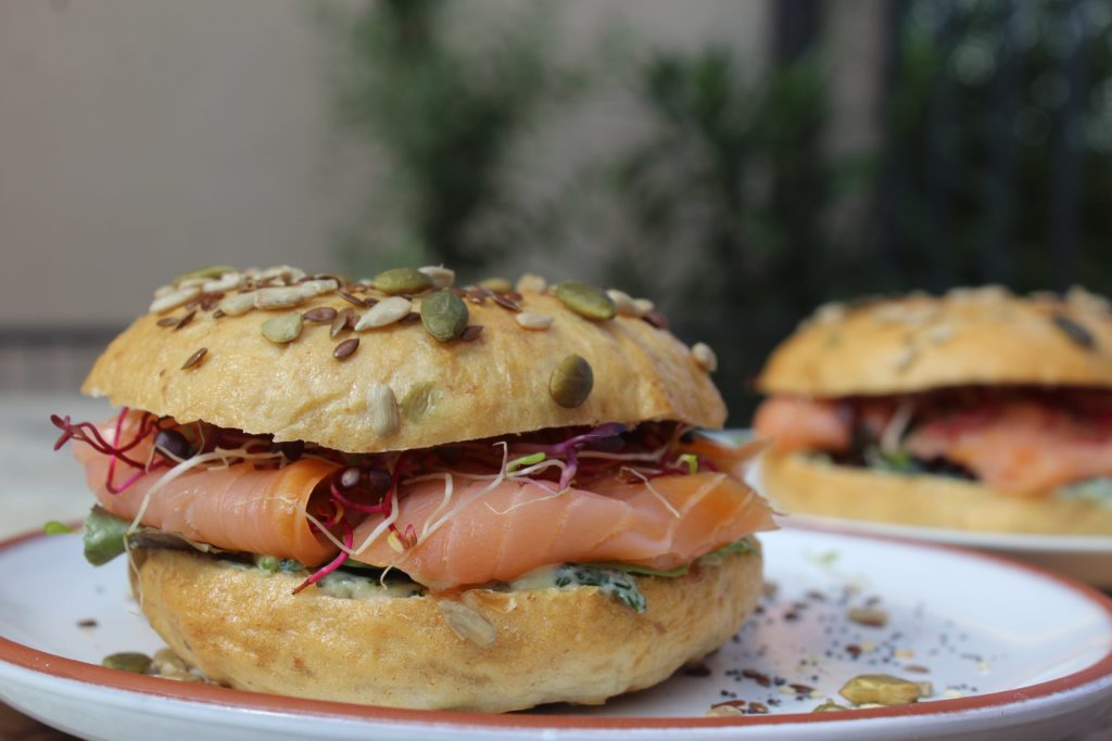 bagels con salmone