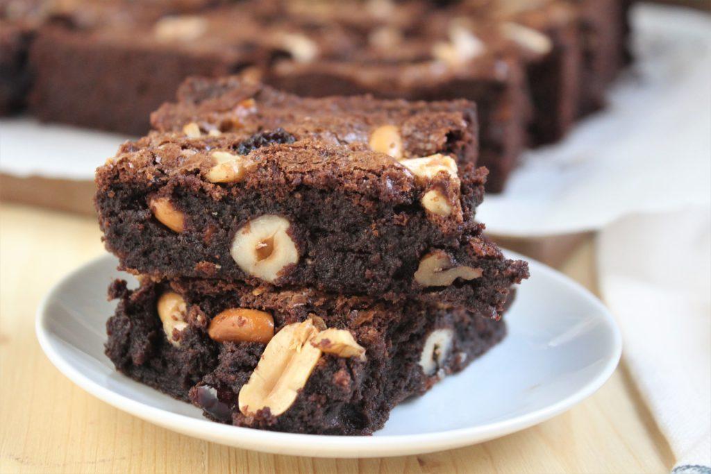 brownies con nocciole, mandorle, noci e cioccolato