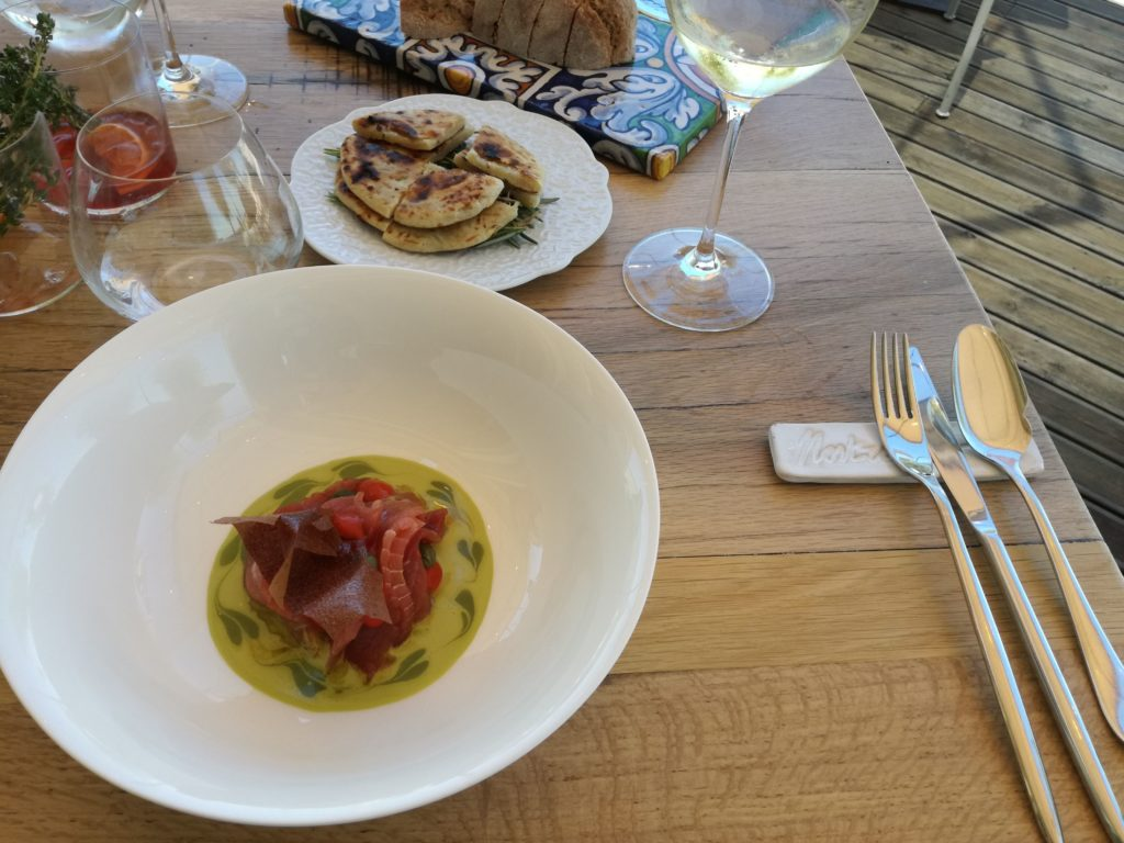 tonno nostrano con riduzione di olive e crema di pistacchi