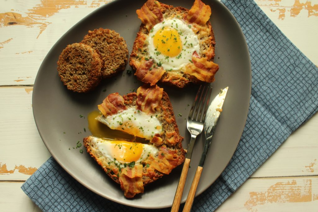 egg toast con bacon e scamorza