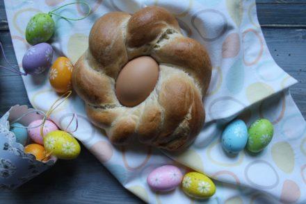 pane di pasqua con uova sode