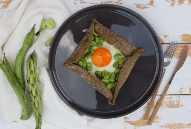galette rustica con fave e uovo al tegamino