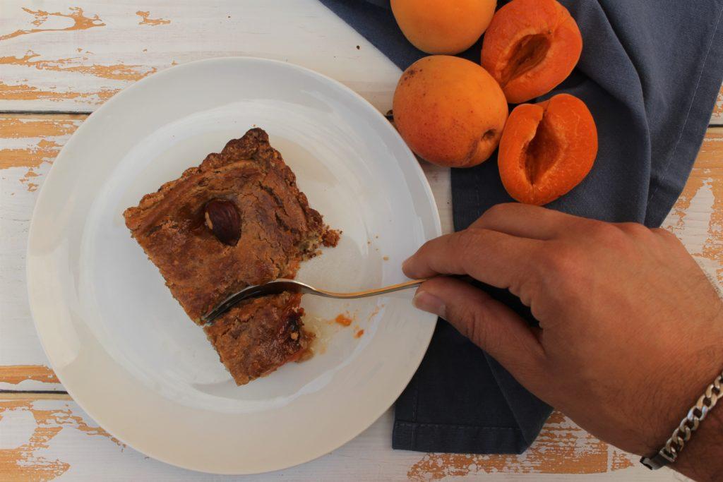 fetta di crostata con albicocche e mandorle